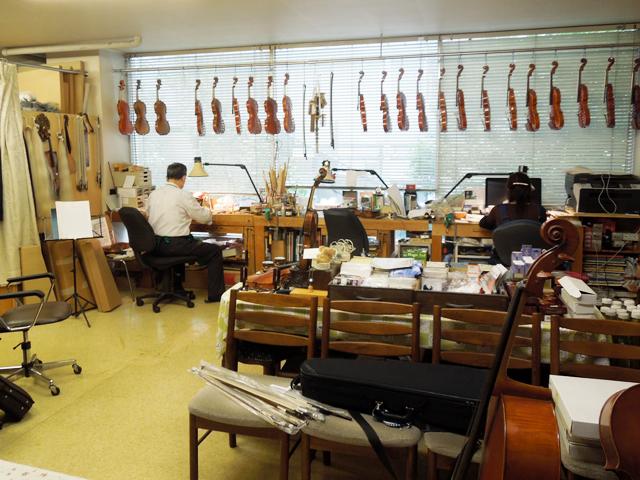 弦楽器専門店トリオの店内